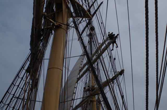 Jens rigging the new main upper topsail downhaul